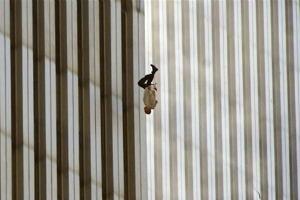Impactante fotografía, la de n hombre cayendo de una de las Torres Gemelas el 11-S
