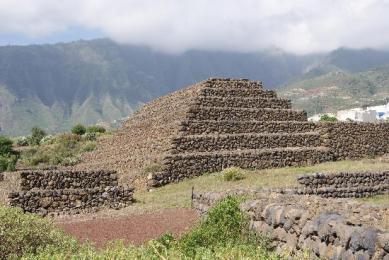 Pirámides de Güimar en Espacio en Blanco