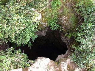 Entrada a la Cueva de los Tallos