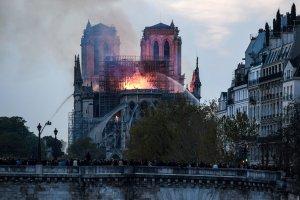 Notre Dame en Espacio en Blanco